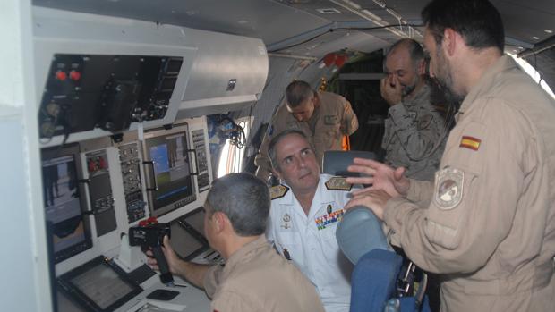 El almirante Fernando Gómez Fernández de Córdoba durante su mando en la Operación Atalanta