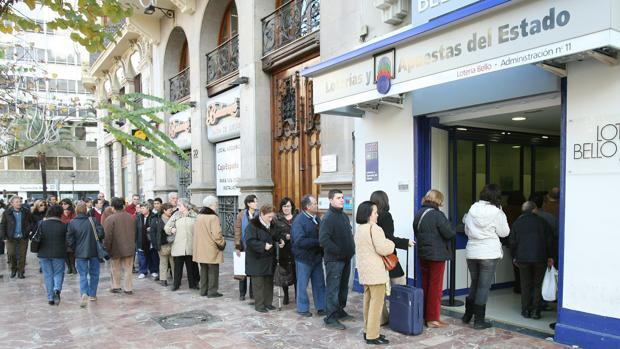 Imagen de archivo de un cola en una administración de lotería de Valencia