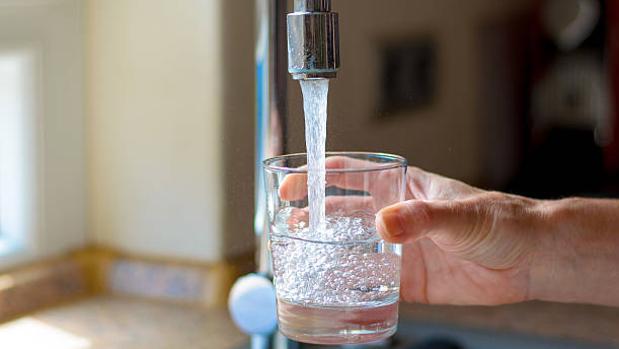 Un vaso de agua del grifo