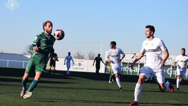 Rubén Moreno controla un balón ante el acoso de Fernando Loaísa