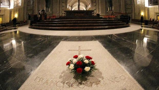 Lápida donde están los restos de Franco en la basílica del Valle de los Caídos
