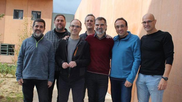 Jordi Sànchez, Oriol Junqueras, Jordi Turull, Joaquim Forn, Jordi Cuixart, Josep Rull y Raül Romeva, en una imagen en el centro penitenciario de Lledoners