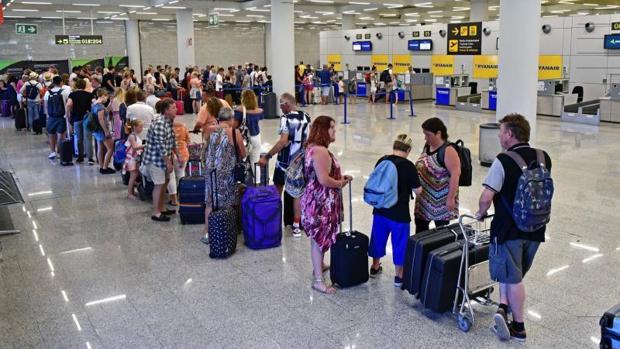 Colas en la zona de facturación del aeropuerto de Palma de Mallorca, terminal donde se ha registrado uno de los dos accidentes laborales mortales