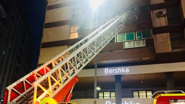 Efecgtivos de Bomberos en una intervención por un incendio en la ciudad de Alicante