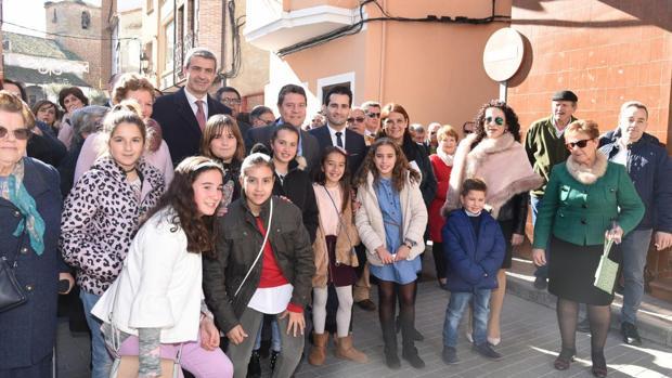 El presidente regional, Emiliano García-Page, se fotografió con los vecinos de Navalcán en las fiestas de San Pablo