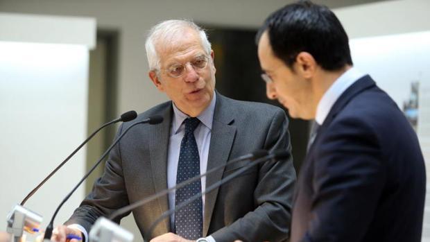 El ministro de Asuntos Exteriores español, Josep Borrell (i), y su homólogo chipriota, Nikos Christodoulides