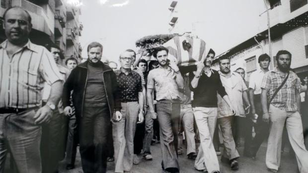 La violenta muerte del joven alicantino Miquel Grau, recordada en una foto de la exposición