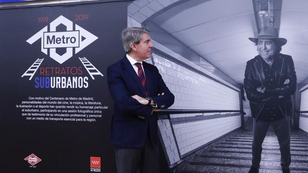 El presidente Garrido contempla la fotografía de Joaquín Sabina en la exposición «Retratos Suburbanos»