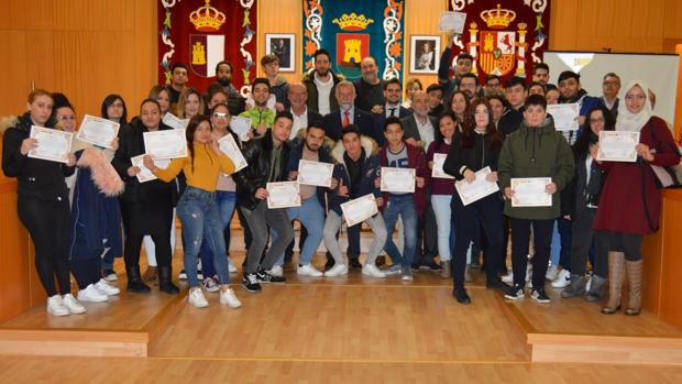 El alcalde de Talavera durante la entrega de los diplomas a los participantes en el programa
