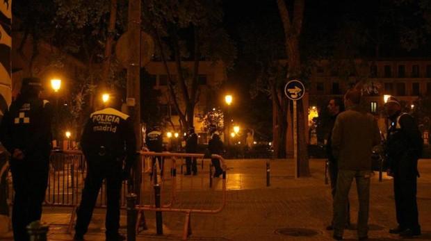 La Policía Municipal interviene en un botellón en la plaza del Dos de Mayo, en el corazón de Malasaña