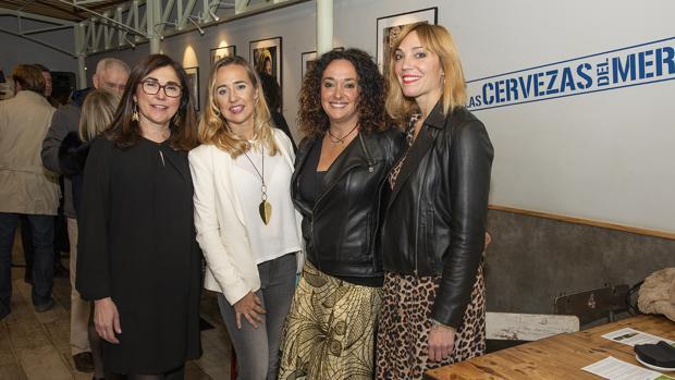 Monia Antonioli (segunda por la izquierda), en la inauguración de la exposición