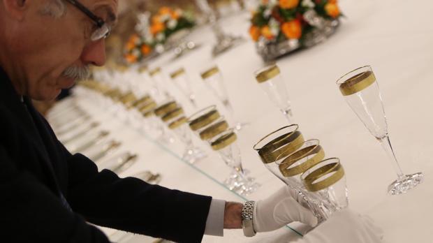 El conserje mayor prepara la mesa para la cena de gala en el Palacio Real