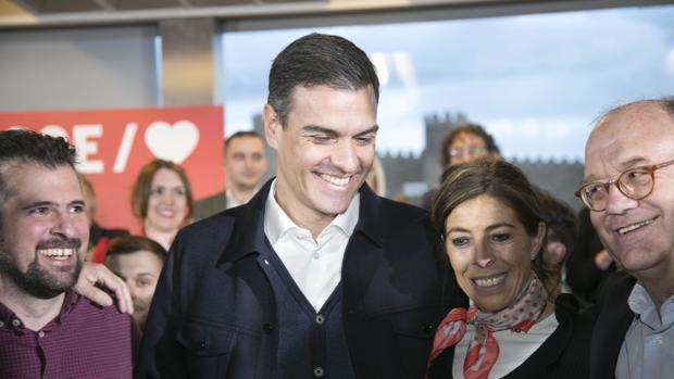 El presidente del Gobierno, Pedro Sánchez, junto a la candidata del PSOE a la alcaldía de Ávila, Yolanda Vázquez