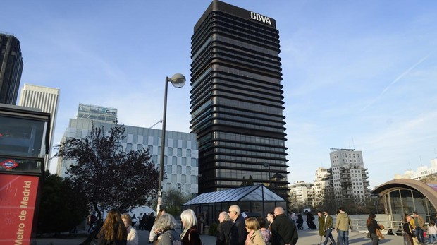 La Torre del BBVA Se levanta en el 81 del paseo de la Castellana, bajo diseño de Francisco Javier Sáenz de Oiza. Inaugurada en 1981, es de momento el más «joven» de todos los BIC declarados por los responsables de Cultura