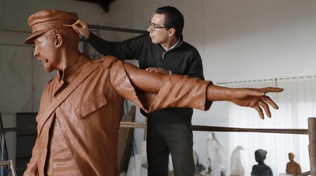 Salvador Amaya perfila la estatua de los últimos de Filipinas