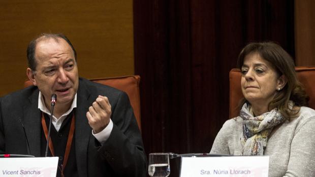 El director de TV3, Vicent Sanchís, y la máxima responsable de la CCMA, Núria Llorach, en 2017 en el Parlamen