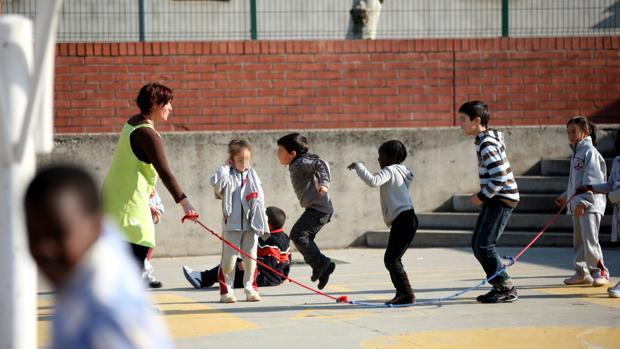 Alumnos jugando en el patio de un colegio de Salt (Girona)