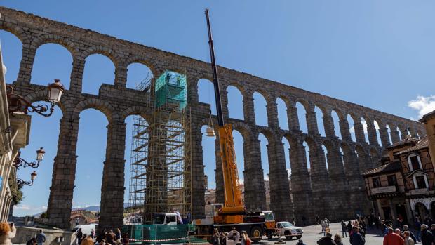Meticuloso descenso de la escultura de la Virgen del acueducto, para su posterior restauración y elaboración de una copia para colocarla en su lugar