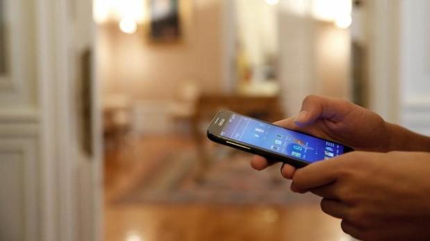 Un usuario se instala una nueva «app» en el móvil