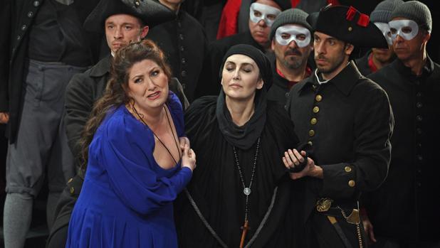 Anna Pirozzi, a la izquierda, se estrenó con solvencia