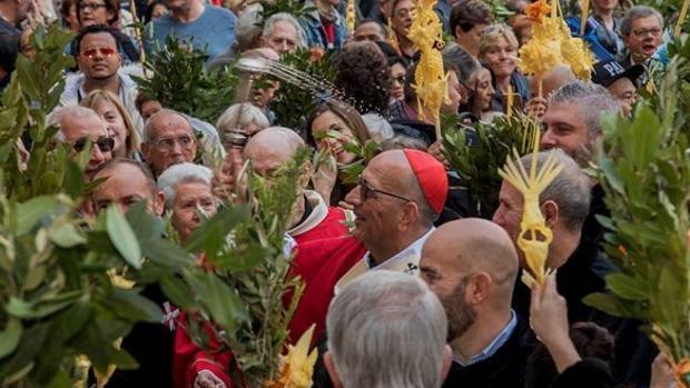 el Cardenal-arzobispo Juan José Omella durante la celebración del Domingo de Ramos