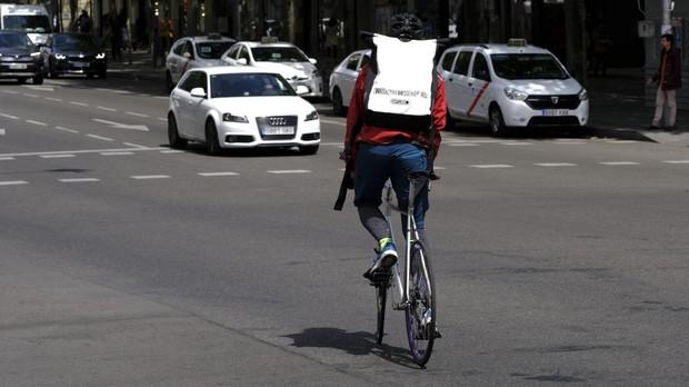 Un «rider» circula con su bicicleta por una calle de Madrid
