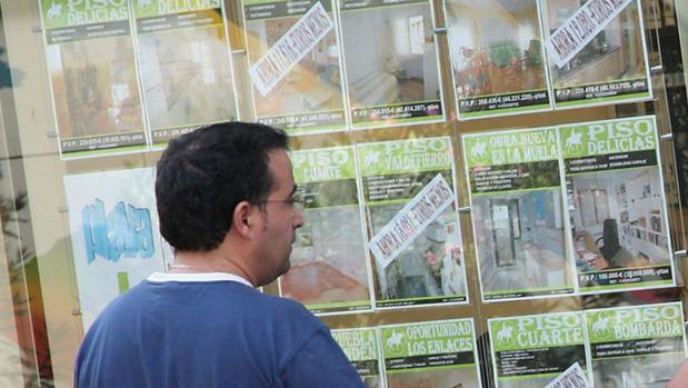 Carteles de pisos en venta en una agencia inmobiliaria