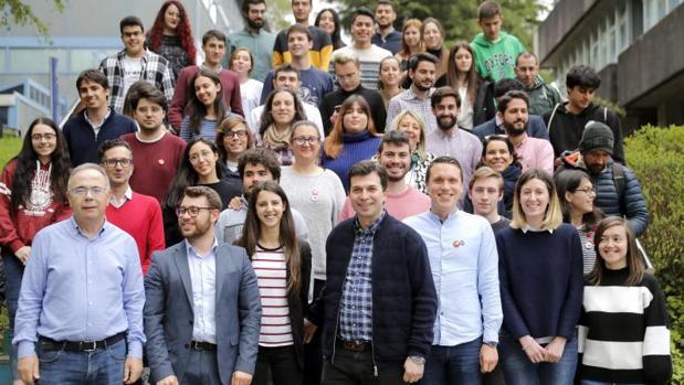 Gonzalo Caballero con los jóvenes socialistas en la comida celebrada en Santiago