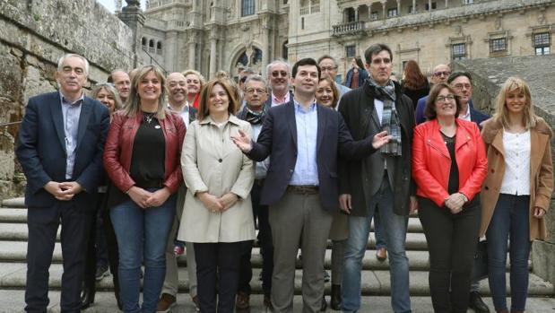 Gonzalo Caballero y los diputados del PSdeG para el Congreso y Senado posan en la Praza do Obradoiro.