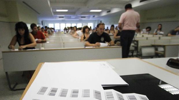Un examinador reparte los exámenes durante unas oposiciones