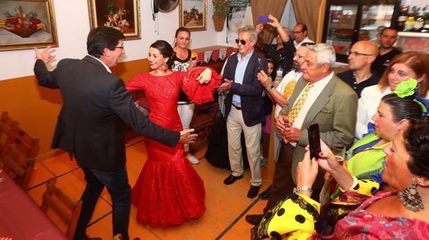 Inés Arrimadas y Juan Marín bailan en la feria de Jerez de la Frontera