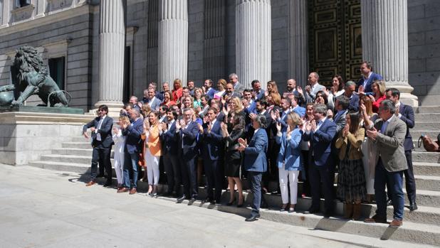 Foto de familia en la escalinata del Congreso de los 57 diputados de Ciudadanos en la XIII Legislatura