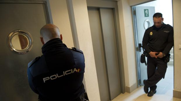 En la imagen de archivo, dos policías nacionales en un caso de violencia de género en Madrid