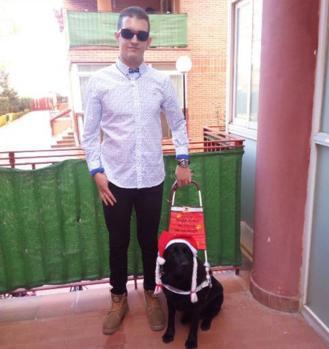 Isidro Sánchez con Cera, su perra guia