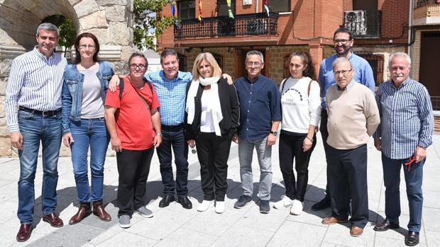 García-Page y Gutiérrez posan con la candidatura del PSOE en San Martín de Montalbán. Luis García-Page, hermano del presidente (de rojo) ocupa el número cinco en la lista de este municipio