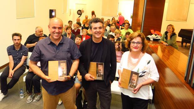 Ángel García Català, Joan Borja i Sanz y Lliris Picó i Carbonell, con ejemplares del libro «La vida abandonada»