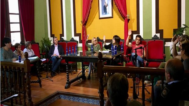 Concejales de Cabanes en una votación