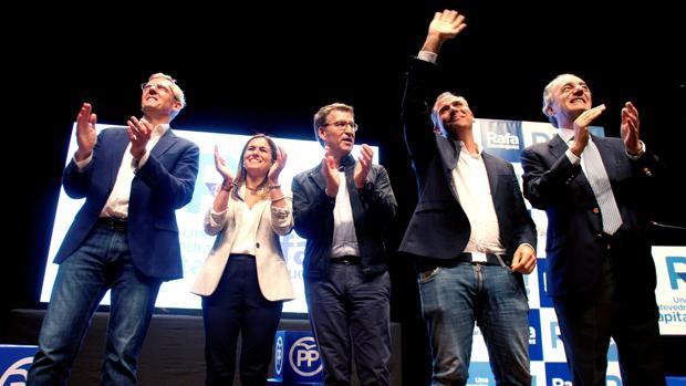 Feijóo, junto al candidato Rafa Domínguez, este jueves en Pontevedra