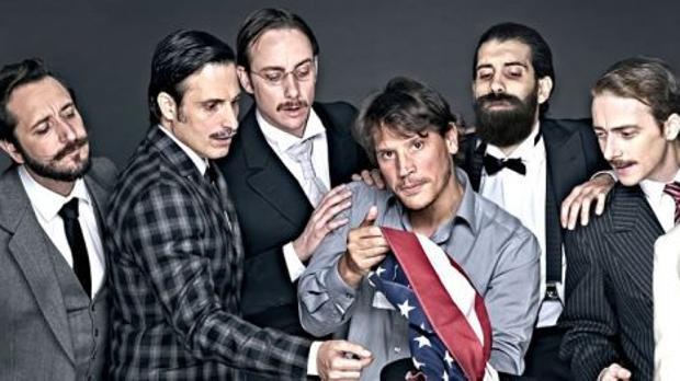 Algunos de los actores de «Lehman Trilogy» junto al director Sergio Peris-Mancheta