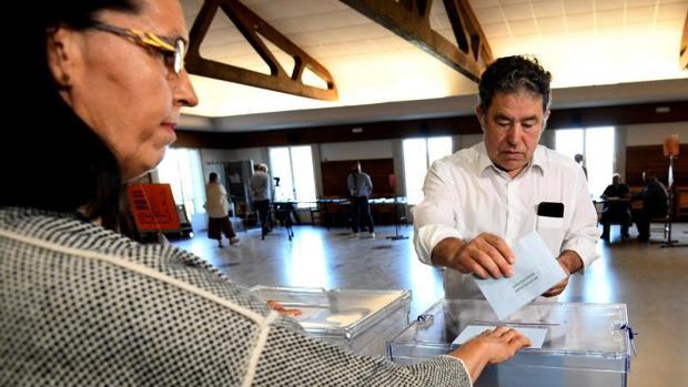 Miguel Anxo Fernández Lores ejerciendo su derecho a voto