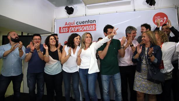 Milagros Tolón celebra el triunfo del PSOE con sus concejales