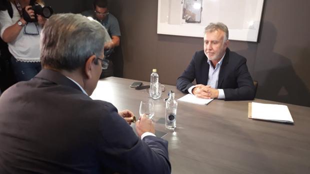 Ángel Víctor Torres y Román Rodríguez, de espaldas, en el primero encuentro formal tras el 26-M