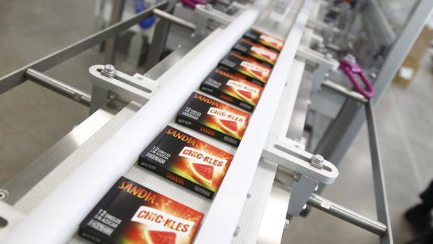Imagen de la cadena de producción de Chic-kles Gum con uno de los productos de su gama