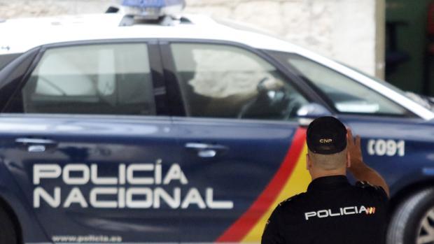 Un agente de la Policía Nacional junto a su vehículo, en una imagen de archivo