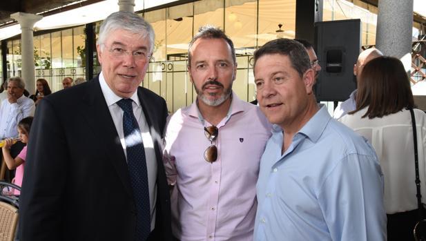 Tofiño (izquierda), con el alcalde de Yuncler, Luis Miguel Martín, y el presidente regional Emiliano García-Page durante la pasada campaña electoral