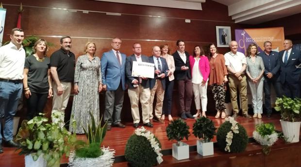 Foto de familia de los galardonados junto a miembros de la asociación comarcal Don Quijote y alcaldes de la zona