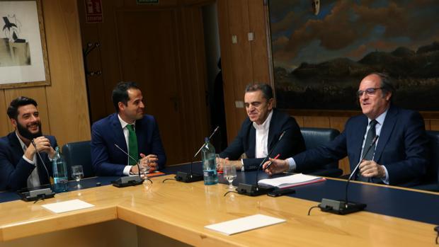 De izq. a dcha, César Zafra e Ignacio Aguado (Cs), José Manuel Franco y Ángel Gabilondo (PSOE)