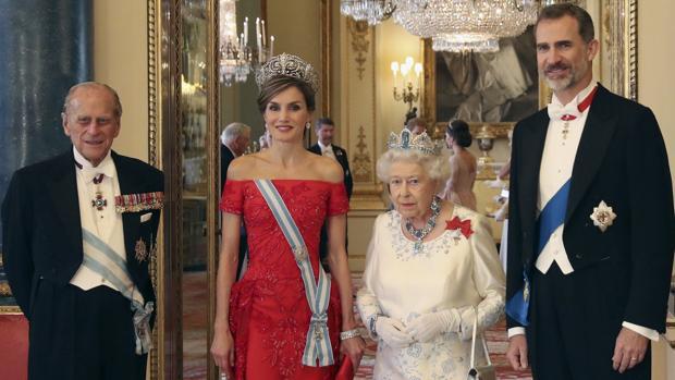 Los Reyes Don Felipe y Doña Letizia con la Reina de Inglaterra y el Duque de Edimburgo, en julio de 2017 en Londres