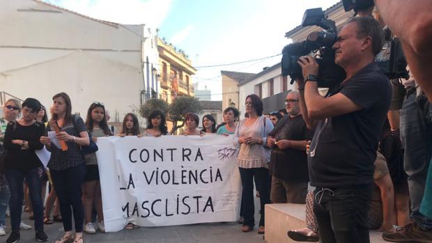 Vecinas y vecinos durante la cacerolada de este lunes en Alboraia