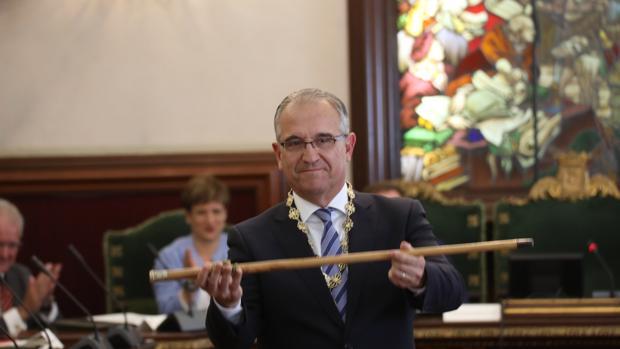 El alcalde de Pamplona, Enrique Maya, durante su nombremiento este sábado